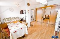 Va prezint un apartament cu o camera foarte reusit situat la mansarda unui bloc din Galati, zona Micro 20, Bulevardul Dunarea, care se vinde exact asa cum il vedeti