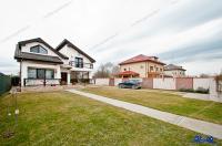 Imobilul propus spre vanzare prin Agentia imobiliara AcasA este pozitionat intr-o zona rezidentiala a orasului Galati, in partea de nord, pe str. Arcasilor