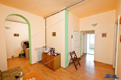 PROACTIV IMOBILIARE aduce in atentia clientilor cumparatori un apartament decomandat cu doua camere cu o suprafata generoasa de 75 mp, situat in Galati, pe str. Domneasca