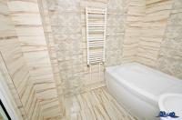 Agentia Imobiliara DELUXE va aduce la cunostinta oferta de vanzare a unui apartament decomandat cu  2 camere situat in Galati, zona Micro 21