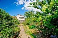 Va propunem spre vanzare o vila Demisol + Parter + Etaj + Mansarda, localizata intr-o zona linistita a orasului Galati, pe o strada paralela cu Domneasca