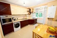 Agentia Imobiliara Deluxe va ofera oportunitatea de a achizitiona un apartament decomandat cu 4 camere situat in Galati, Tiglina 2
