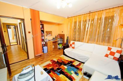 Apartamentul cu 2 camere este decomandat, arata foarte bine, are o suprafata de 48 mp si este complet amenajat.
