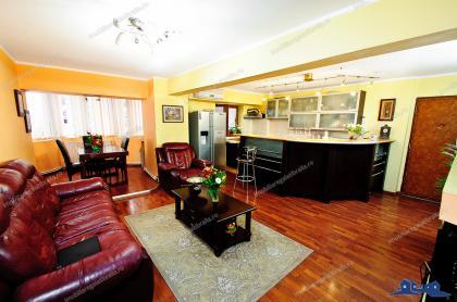 Agentia imobiliara AcasAva prezintaun apartament cu patru camere, modificat si decomandat, de vanzare in Galati, pe Blv.Traian