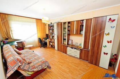 Agentia Imobiliara Familia va propune un apartament cu 3 camere decomandat situat in Galati, Micro 16