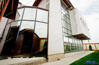 Vila propusa spre vanzare prin Agentia imobiliara AcasA este pozitionata foarte aproape de orasul Galati, in partea de nord a acestuia, imediat dupa Metro