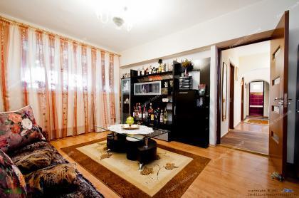 Agentia imobiliara PROACTIV va face cunoscuta oferta de vanzare a unui apartament decomandat cu 3 camere situat in Galati, Micro 18