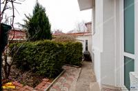 Situat in plin centrul Galatiului pe blv. Balcescu, in vecinatatea Colegiului Vasile Alecsandri, imobilul se remarca cu usurinta prin arhitectura deosebita specifica perioadei interbelice