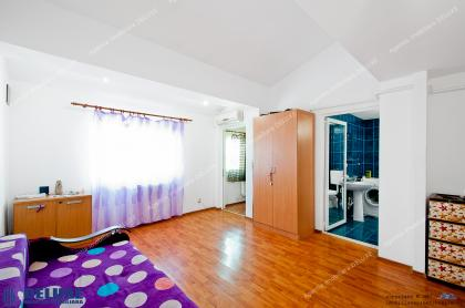 Agentia Imobiliara DELUXE va prezintă oferta de vanzare a unei mansarde cu 2 camere situata in Galati, zona IREG