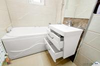oferta de vanzare a unui apartament decomandat cu 3 camere situat in Galati, zona Piata Centrala, cu acces facil la str. Traian